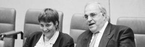 Bundeskanzler Helmut Kohl (r.) auf der Regierungsbank im Bundestag bei einem Gespräch mit Angela Merkel, Bundesministerin für Frauen und Jugend während einer Debatte über die Neufassung von § 218 StGB.