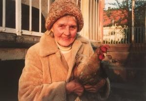 Oma Rita mit ihrem Lieblingshuhn